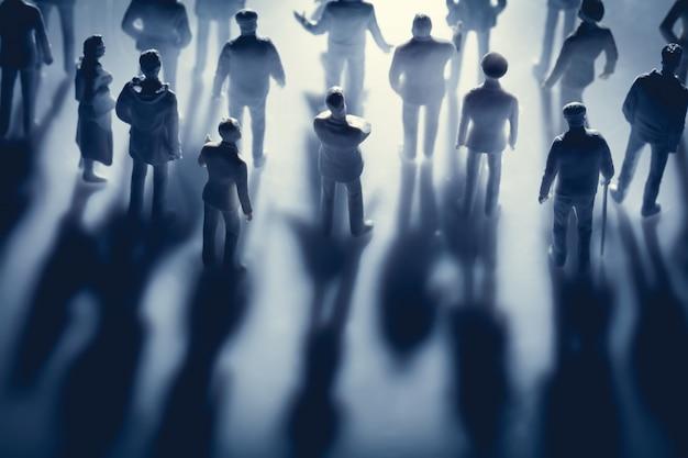 Figuras de personas y sus sombras.