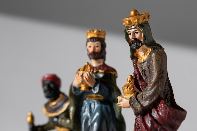 Figuras de reyes del día de la epifanía con coronas