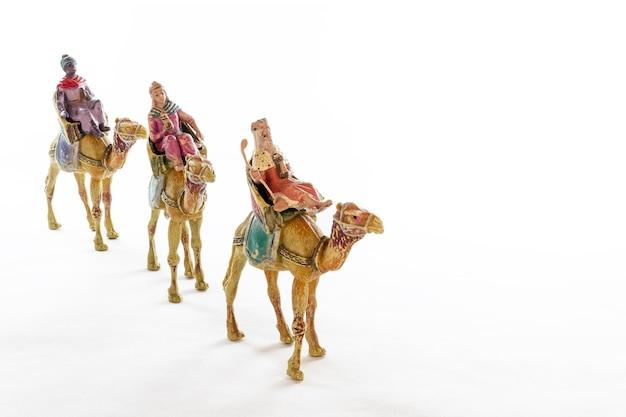 Figuras vintage de tres reyes magos en sus camellos