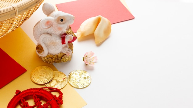 Figurita de rata con galleta de la fortuna año nuevo chino
