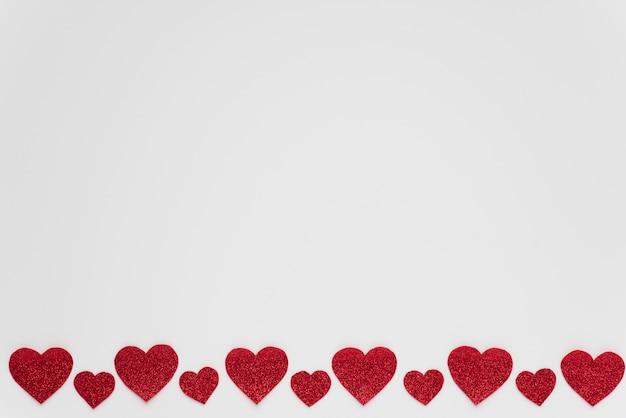 Fila de adornos corazones rojos