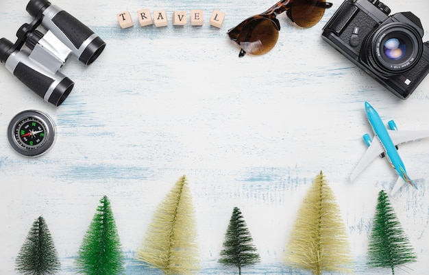 Fila árboles artificiales con elementos de viaje