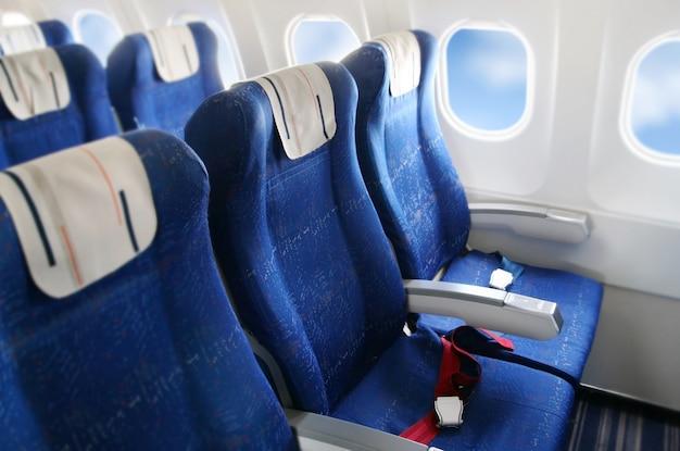 Fila de asientos en una cabina de avión