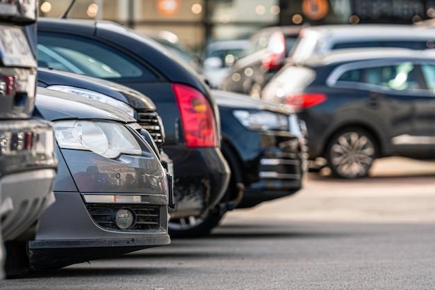 Una fila de autos en el estacionamiento fuera del edificio de oficinas, primer plano