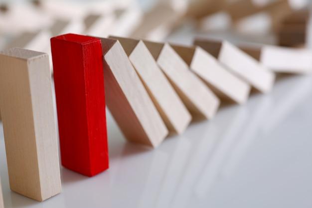 Una fila de bloques de madera de lotería roja ganadora