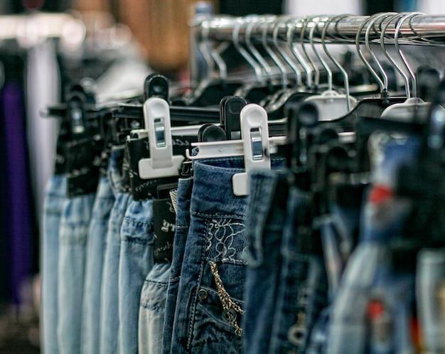 Fila de blue jeans colgados en una tienda