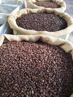Fila de bolsas con granos de café