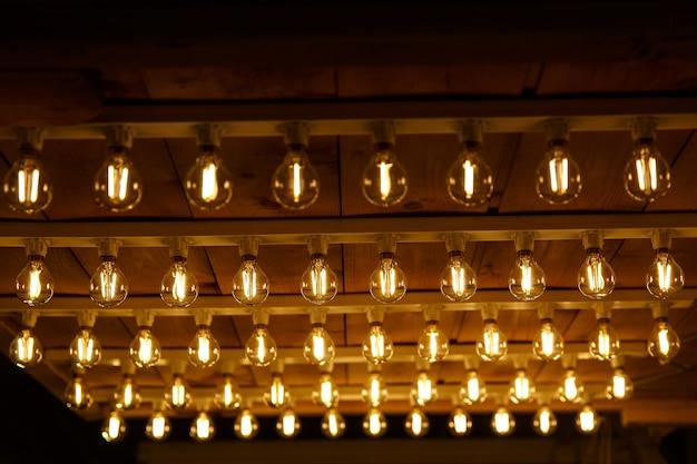 La fila de bombillas incandescentes. fondo de luces.
