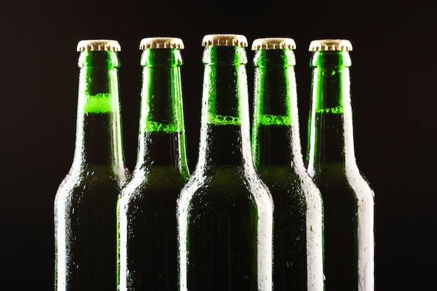 Fila de botellas de cerveza de primer plano