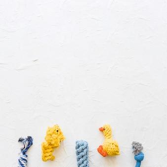 Fila de buenos juguetes para mascotas