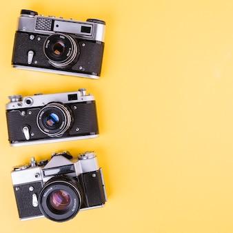 Fila de cámaras sobre fondo amarillo