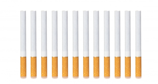 Fila de cigarrillos aislado