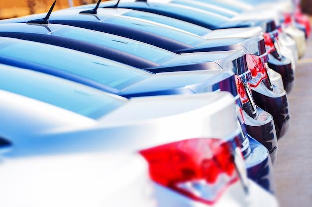 Fila de coches nuevos en la acción