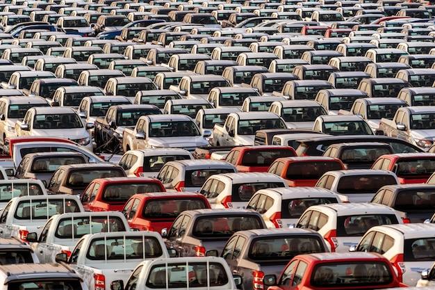 Fila de coches nuevos en el puerto.