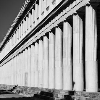 Fila de columnas griegas cassical, atenas, grecia. fotografía arquitectónica en blanco y negro
