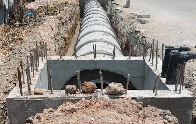 Fila concreta del pipre del drenaje en el trabajo de la conclusión.