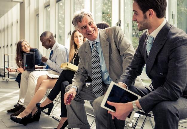 Fila de empresarios esperando una entrevista