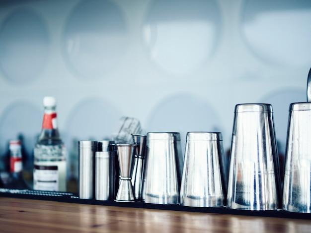 Fila de equipos de bar en mostrador