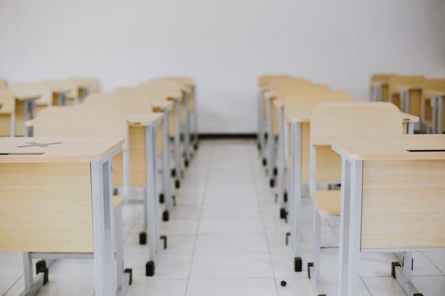 Fila de escritorio y silla en la sala de conferencias o aula vacía