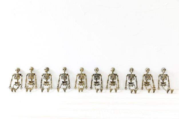 Fila de esqueletos de juguete