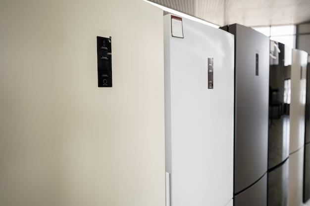 Fila de frigoríficos en la tienda de electrodomésticos