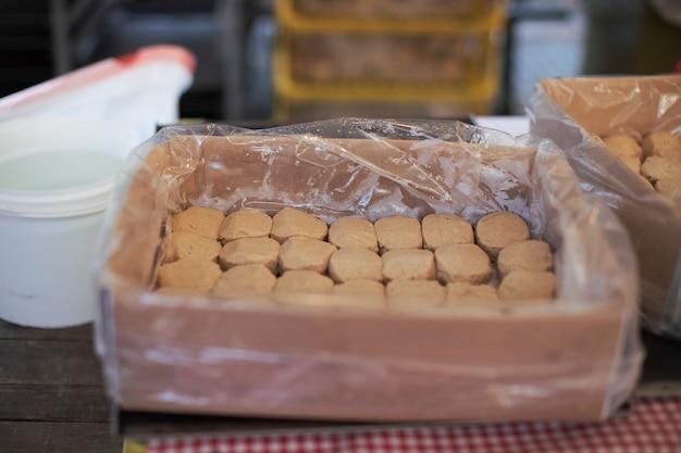 Fila de galletas en una caja abierta