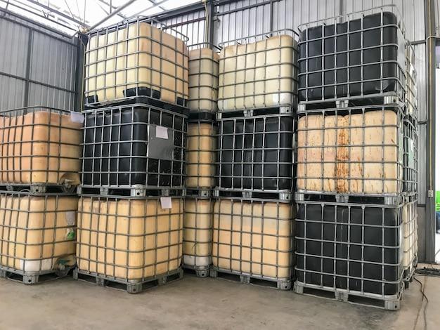 Fila del gran barril del tanque de plástico en la fábrica de caucho