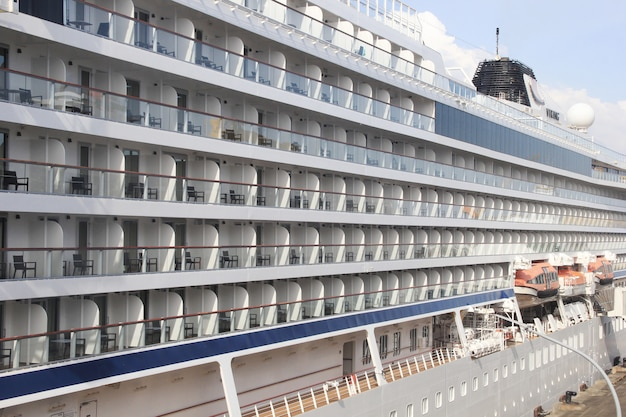 Fila de habitaciones de pasajeros en un crucero