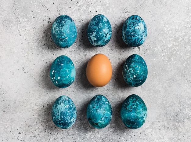 Fila de huevos de pascua pintada a mano en azul.