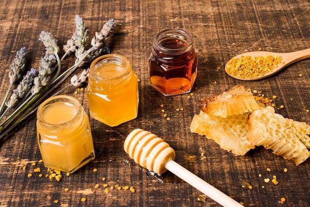 Fila de jarras de miel