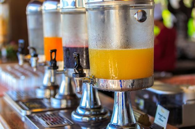 Fila de jugo fresco en el restaurante buffet, autoservicio de buffet en la mañana en el hotel