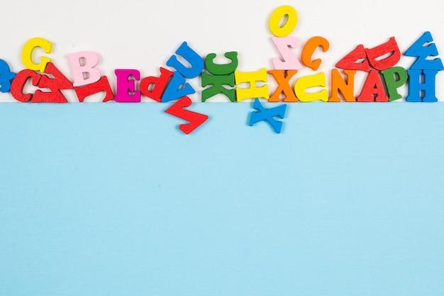 Fila de letras multicolores aislado