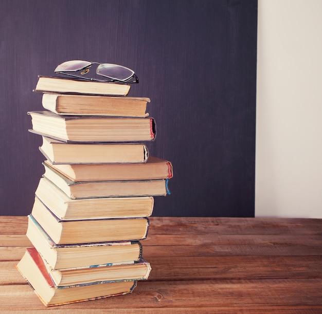 Fila de libros antiguos en el fondo del tablero de tiza