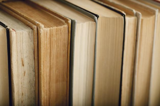 Fila de libros como fondo, concepto de literatura