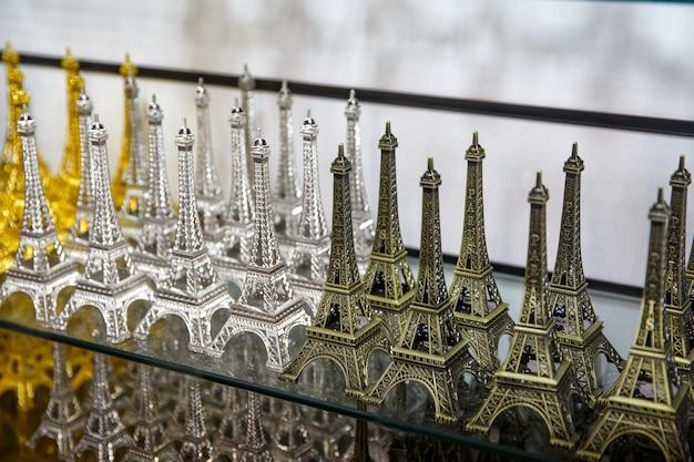 Fila de mini torres eiffel. recuerdo de parís, francia.