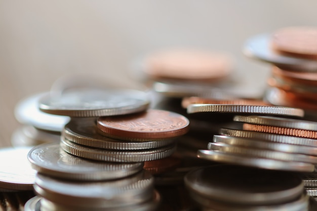 Fila de monedas en el fondo de madera para las finanzas y el concepto de ahorro, inversión, economía, enfoque suave