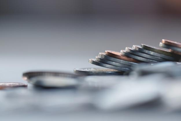 Fila de monedas en el fondo de madera para las finanzas