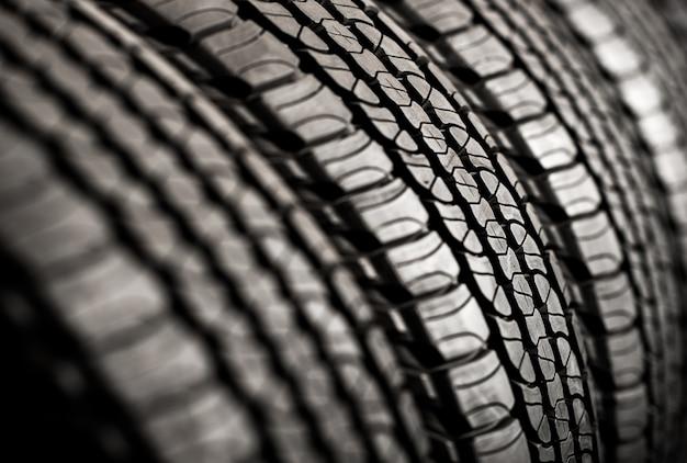 Fila de neumáticos nuevos