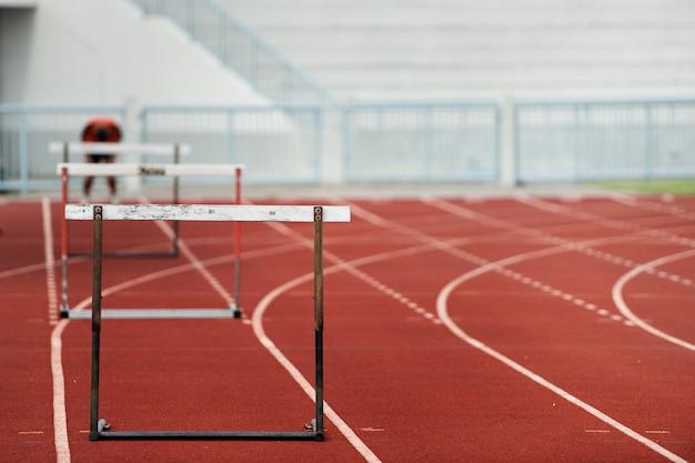 Fila de obstáculos para una carrera de vallas sprint pista y campo.