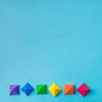 Fila de origami de papel brillante