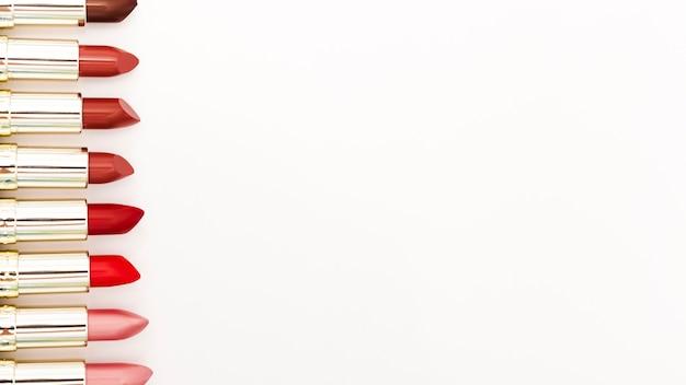 Fila de pintalabios metálicos sobre fondo blanco