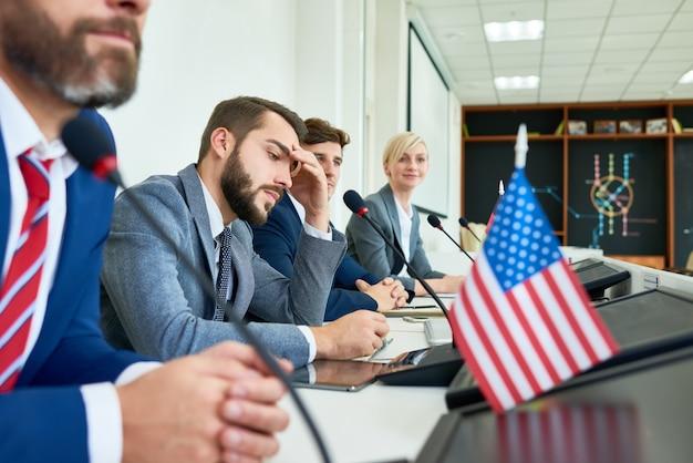 Fila de políticos en conferencia de prensa