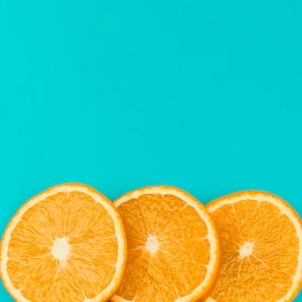 Fila de rodajas de naranja jugosa