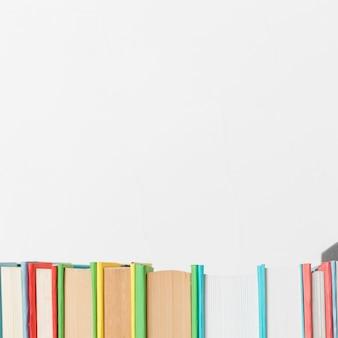 Fila de varios libros vivos.