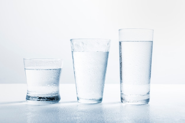 Fila de vasos de agua