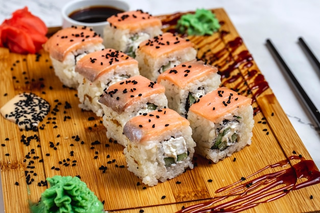 Filadelfia maki arroz crema queso salmón sésamo pepino wasabi jengibre vista lateral