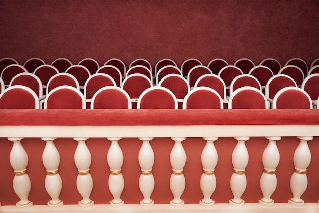 Filas de asientos en el teatro.