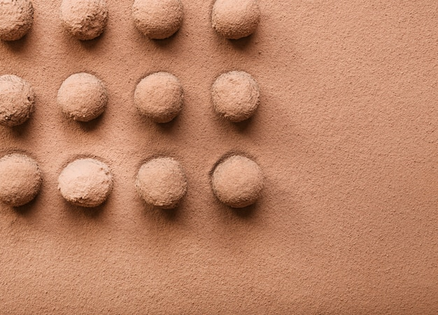 Filas de bola de chocolate con trufa espolvoreadas con cacao en polvo