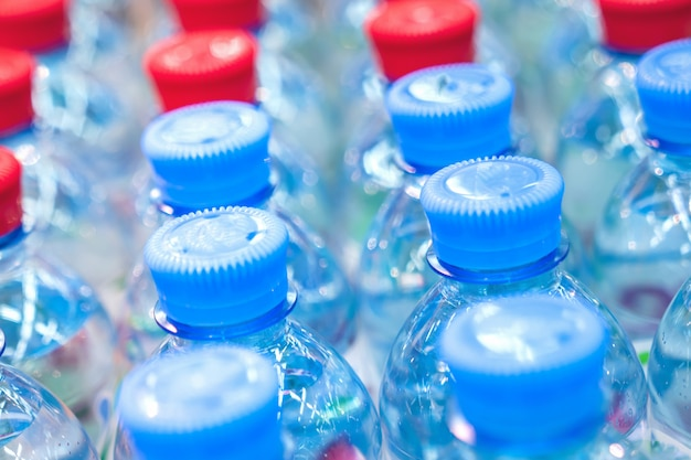 Filas de botellas de agua, agua potable limpia.
