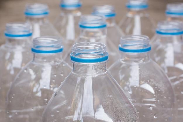 Filas de botellas de agua